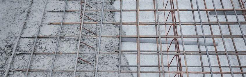 Frischbeton mit noch sichtbarer Stahl-Bewehrung