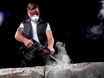 Arbeiter legt Atemschutzmaske an