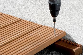 ASSY plus A2 Terrassenbauschraube in Anwendung