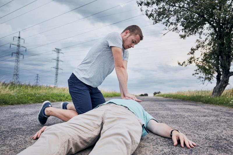 Mann fürht Herz-Rhythmus-Massage durch