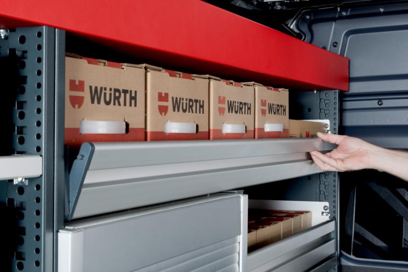 <b>SCHWENKKLAPPEN </b> </br>Die funktionale Griffleiste über die gesamte Breite ermöglicht ein schnelles und komfortables Öffnen der Schublade.