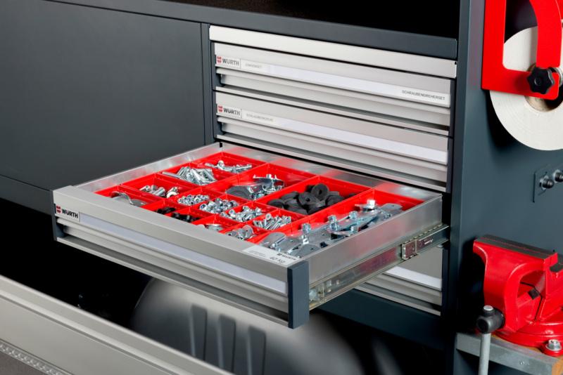 <b>SCHUBLADEN/GRIFFLEISTEN </b> </br>Die funktionale Griffleiste über die gesamte Breite ermöglicht ein schnelles und komfortables Öffnen der Schublade.
