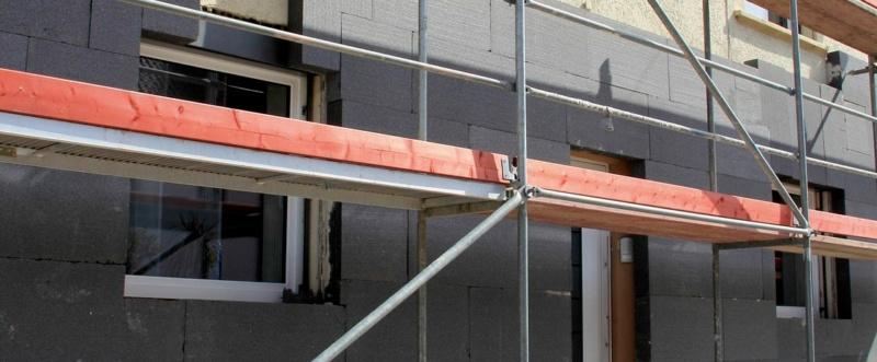 Der Trend zu vermehrter Dämmung an der Fassade stellt auch die Fenstermontage vor neue Herausforderungen