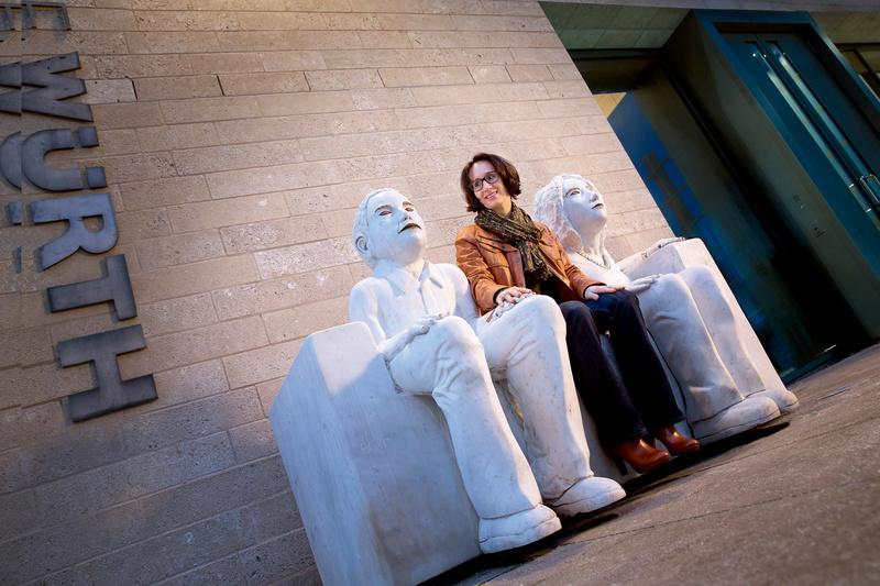 Frau sitzt vor Kunsthalle Würth